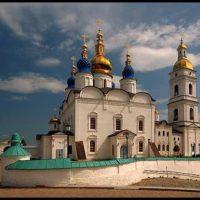 Изготовление куполов на Свято-Софийский кафедральный Собор в г. Тобольске. Навершия и украшения центрального купола и четвериков покрыты золотом. Четверики облицованы медью и покрашены