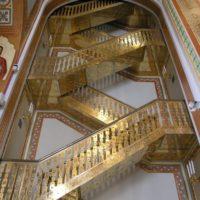 Позолоченные ограждения в кафедральном соборном Храме Христа Спасителя в Москве.