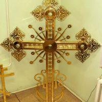 Изготовлен Крест сварной из нержавеющей стали с применением лазерной резки, покрыт золотом методом гальванохимии