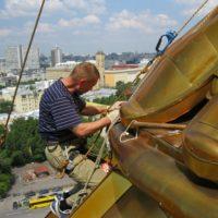 Профилактические высотные работы на Храме Христа Спасителя в Москве.