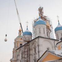 Подъем отреставрированного изделия к месту монтажа. Новоспасский ставропигиальный мужской монастырь.