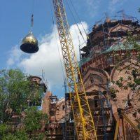 Подъем куполов на Храм Новомучеников и Исповедников Российских в г. Москве на Строгинском бульваре