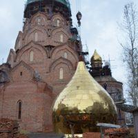 Подъем глав на Храм Новомучеников и Исповедников российских в Строгино