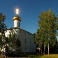 Установленный купол на Свято–Троицком Островоозерском монастыре в Нижегородской обл.
