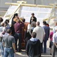 Епископ Смоленский и Вяземский Пантелеймон освящает золотые кресты Храма Воскресения Христова в Катыни.