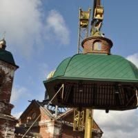 Строящийся Храм Святого Георгия Победоносца в посёлке Цвылёво Тихвинского района. Монтажные работы