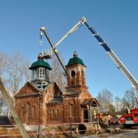 Монтаж куполов, главок, крестов и подкупольных барабанов на Храм Святого Георгия Победоносца в посёлке Цвылёво