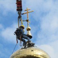 Монтаж креста на храме святых Жен-Мироносиц в м-не Марьино г. Москвы