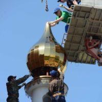 Монтаж малой главки на Храм св. мц. Татианы Римской в Москве