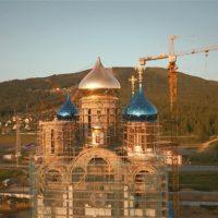 Установлен центральный 15-ти метровый 35-тонный купол Собора
