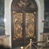 Входная дверь. Литье , декоративные деревянные вставки