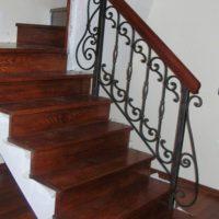 Ограждения лестницы с перилами из ценных пород дерева