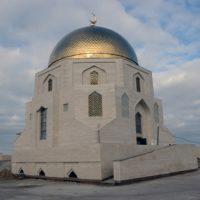 Позолоченный полумесяц на здании-памятном знаке в городище Болгар в Татарстане