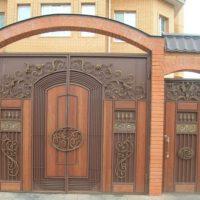 Ворота металлические с элементами ковки и вставками из ценных пород дерева