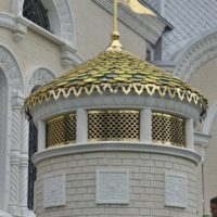 Декоративные позолоченные решетки и флюгеры на Соборном Храме в честь святого князя Игоря Черниговского и Киевского