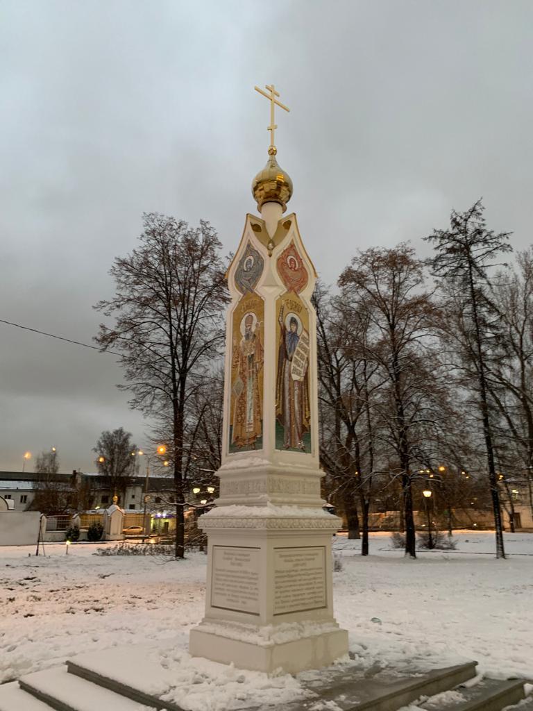 Монтаж главы с крестом на Памятном знаке